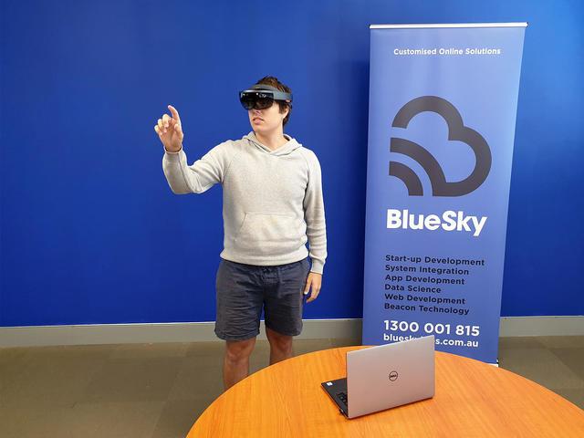 Microsoft HoloLens | Rizal Farok